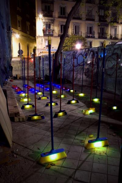 Stinkende Müllsäcke oder Kunstwerk? Lichtinstallationen von Luz Interruptus in Madrid